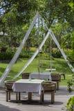 Tableau et chaises dans le jardin tropical Île Bali, Indonésie Images libres de droits