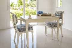 Tableau et chaises dans le salon Photos libres de droits