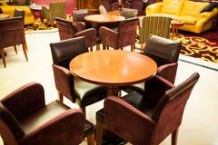 Tableau et chaises dans un café Photo stock