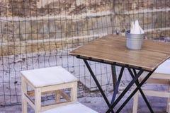 Tableau et chaises dans un café extérieur à Syracuse Siracusa Sicile images stock