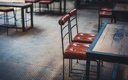 Tableau et chaises en bois décoratifs photographie stock