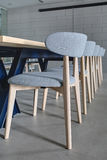 Tableau et chaises grises Photo libre de droits