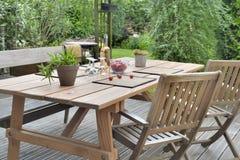Tableau et chaises sur la terrasse Photos stock