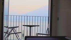 Tableau et chaises sur le balcon clips vidéos