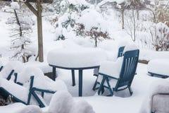 Tableau et chaises sur une terrasse pendant l'hiver couvert beaucoup de l'o Photographie stock libre de droits