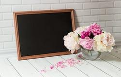 Tableau et pivoines noirs dans le vase Photos libres de droits