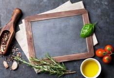 Tableau, herbes et épices image stock