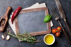 Tableau, herbes et épices images stock