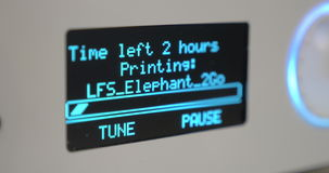 Tableau indicateur électronique avec le compte à rebours à la fin du travail de l'imprimante 3D banque de vidéos