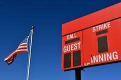 Tableau indicateur de base-ball et drapeau américain Photographie stock