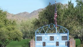 Tableau indicateur et drapeau de terrain de base-ball banque de vidéos