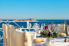 Tableau élégant de mariage avec des vues de mer Image stock
