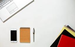 Tableau lumineux de bureau créatif avec l'ordinateur portable Photos stock