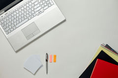 Tableau lumineux de bureau créatif avec l'ordinateur portable Photographie stock