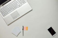 Tableau lumineux de bureau créatif avec l'ordinateur portable Images libres de droits