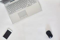 Tableau lumineux de bureau créatif avec l'ordinateur portable Photo libre de droits