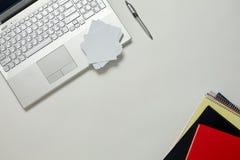 Tableau lumineux de bureau créatif avec l'ordinateur portable Photographie stock libre de droits
