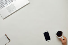 Tableau lumineux de bureau créatif avec l'ordinateur portable Images stock