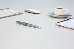 Tableau lumineux de bureau créatif avec le stylo de bloc-notes de souris de clavier d'ordinateur et la tasse de café exécutifs Image stock