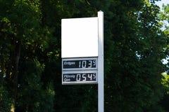 Tableau noir à une station service avec le prix du gaz actuel Images stock