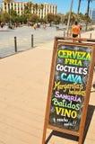 Tableau noir avec des boissons à Barcelone, Espagne images libres de droits