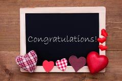 Tableau noir avec des coeurs de textile, félicitations des textes Photographie stock