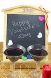Tableau noir avec des coeurs et et deux verres Photographie stock libre de droits