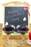 Tableau noir avec des coeurs et et deux verres Photos libres de droits