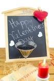 Tableau noir avec des coeurs et et un verre de vin Photographie stock