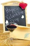 Tableau noir avec des coeurs et et un verre de vin Images libres de droits