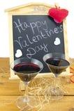 Tableau noir avec des coeurs et et un verre de vin Photo libre de droits