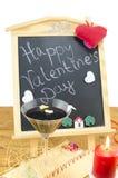 Tableau noir avec des coeurs et un verre de vin Image libre de droits