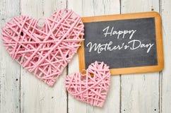 Tableau noir avec des coeurs - jour de mères heureux Photos libres de droits