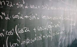 Tableau noir avec des formules et des numéros Image libre de droits