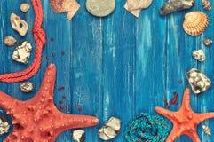 Tableau noir avec le cadre fait de coquilles, pierres, corde et étoile de mer Images libres de droits