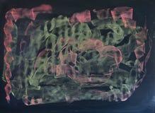 Tableau noir avec le dessin de craie aléatoire dans rose et vert clair Photo stock