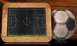 Tableau noir avec le terrain de football et la boule Images libres de droits
