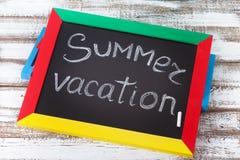 Tableau noir avec le texte c'est heure d'été, Photos stock