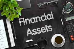 Tableau noir avec les actifs financiers rendu 3d Photo stock