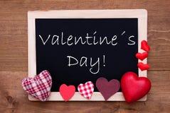 Tableau noir avec les coeurs rouges de textile, jour de valentines des textes Images stock