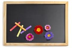 Tableau noir avec les craies colorées Photo stock