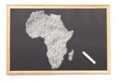 Tableau noir avec une craie et la forme de l'Afrique dessinée sur (ser Image libre de droits