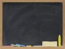 Tableau noir blanc avec des bavures de gomme à effacer Images stock