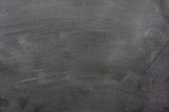 Tableau noir blanc avec des repères de la poussière et de gomme à effacer de craie Photo stock