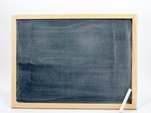 Tableau noir d'isolement sur un fond blanc avec une craie blanche dans le coin Photo stock