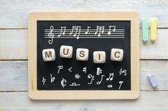 Tableau noir dans une salle de classe de musique avec quelques symboles de notation photographie stock