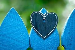 Tableau noir de coeur - amour sur la barrière Photos stock