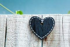 Tableau noir de coeur - amour sur la barrière Images libres de droits