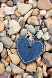 Tableau noir de coeur - amour sur les roches Photographie stock