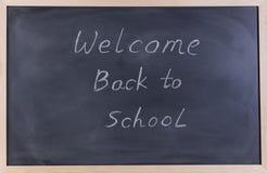 Tableau noir effacé avec l'accueil de nouveau au message d'école pour Image stock